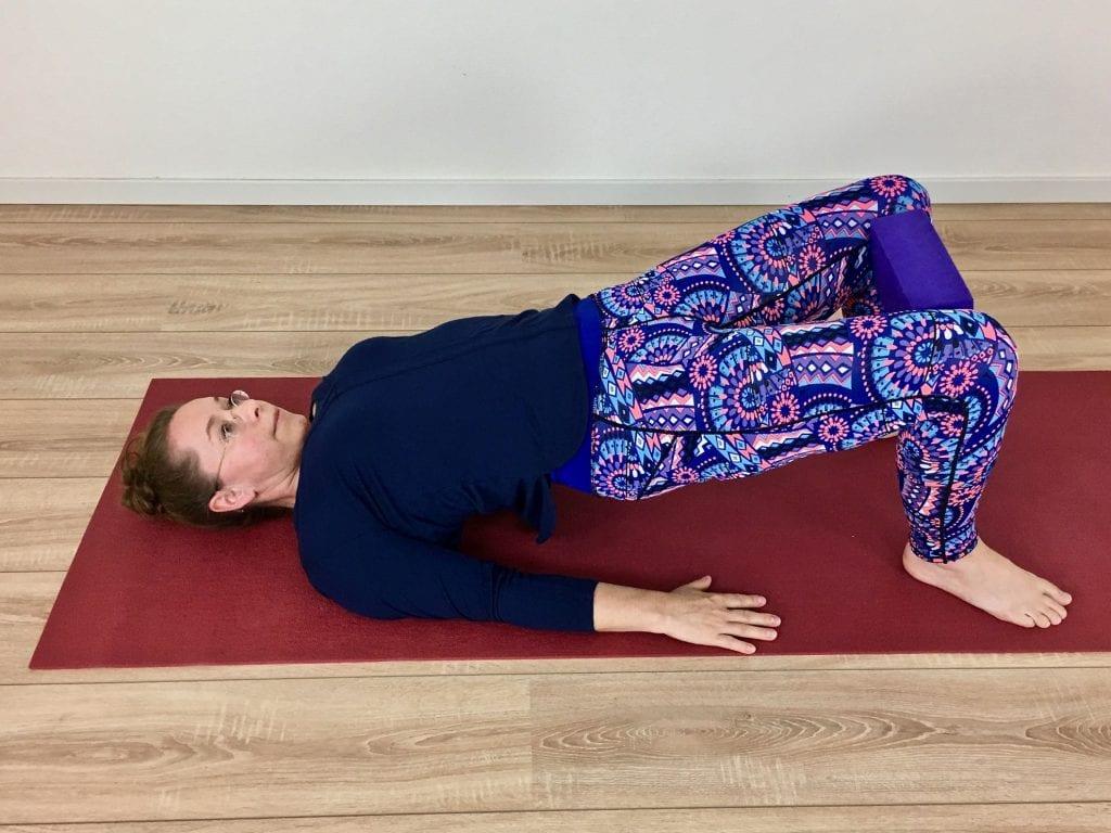 de Brug - Setu Bandhasana - De binnenkant van de dijen worden geactiveerd waardoor de knieën in de juiste positie staan en het bekken wordt gelift.